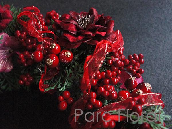 赤い実がたっぷりのアーティフィシャルフラワーのリース