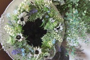 アーティフィシャルフラワーで華やかに装飾したミラー花鏡